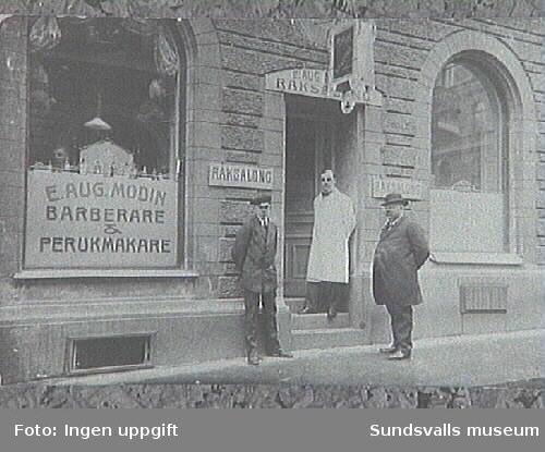 Frisörmästare Erik August Modins raksalong, Torggatan 3. Från vänster Kurt (äldre bror till Erik) pappan Erik August och farfar August.