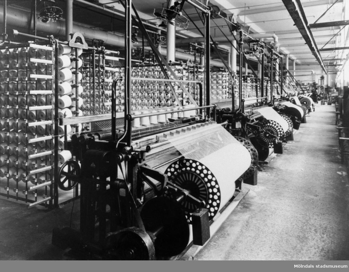 Varpmaskiner i rad på väveriet i Krokslätts fabrik.