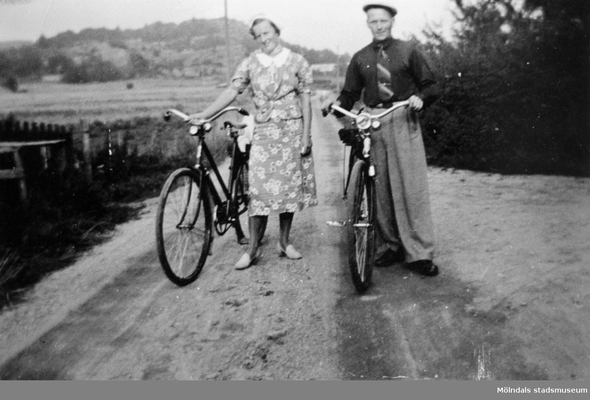 Sonja och Arvid Svensson är ute och cyklar, 1940.