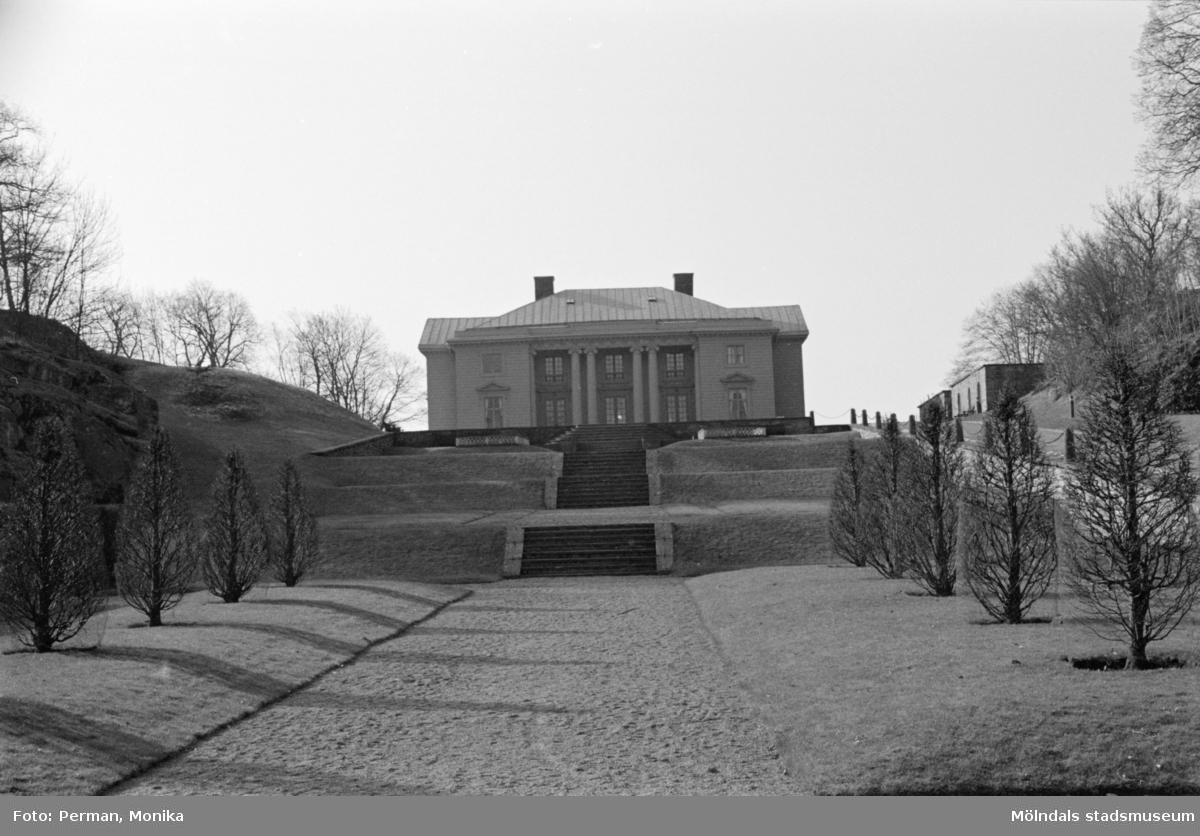 Varierande bilder som på olika avstånd visar norra och södra fasaderna samt del av parken våren 1992. Här är byggnaden framifrån.