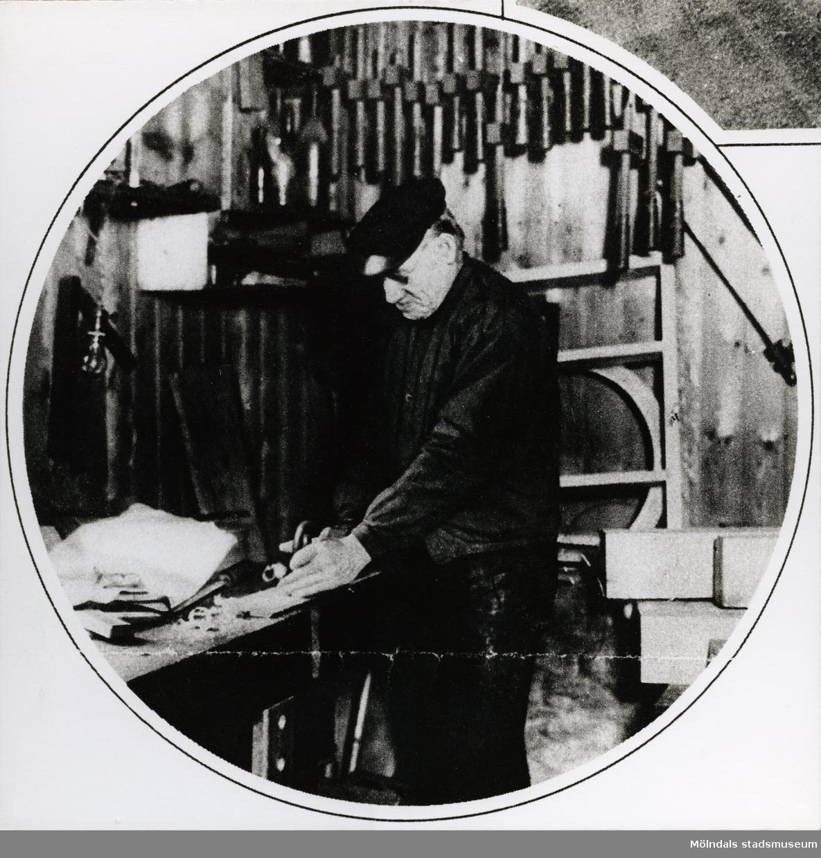 Detaljarbete från snickeri.Bilderna 1993_0448-0453 är reproduktionsfotograferade ur en artikel i Vecko-Journalen, från år 1930, angående möbelsnickeriverksamheten i Lindome.