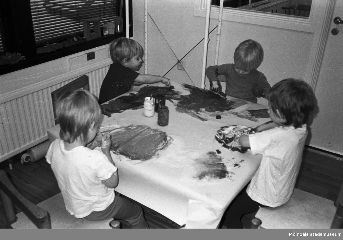 Dagisbarnen Henrik, Fred och Alexandra samt okänd sitter och målar teckningar kring ett bord på Lunkentussen, Katrinebergs daghem 1992-93.