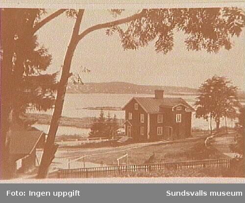 Förutom John och Ellis Andersson med familj bodde i detta hus familjerna Karl Wiklund, John Källvik och Helmer Olsson. Huset ägdes tidigare av Svartviks sågverk.