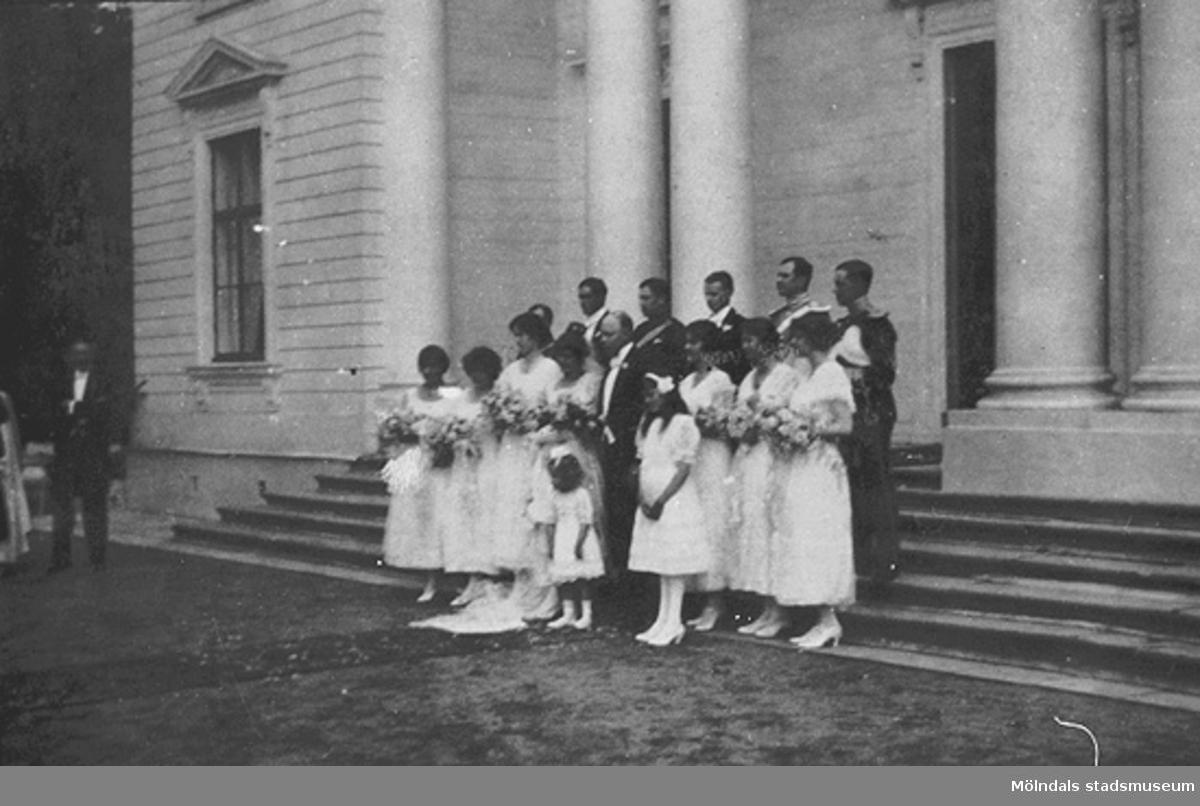 Foto från bröllopet mellan Folke Sederholm och Margareta Sparre den 26 juni 1919.Brudparet med tärnor och marskalkar står uppställda utanför Gunnebo slotts huvudingång.