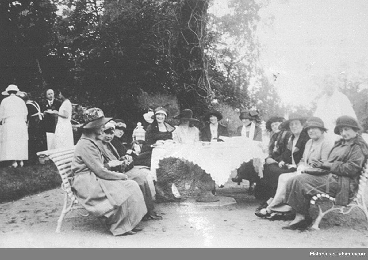 Internationellt pressbesök på Gunnebo slott den 22 juli 1923. Man ser pressfolk bänkat på Kejsareterrassen.