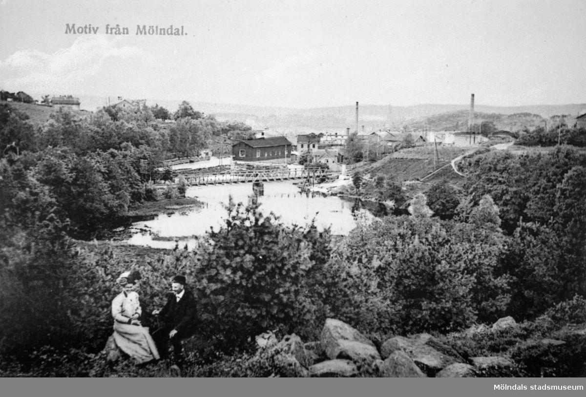 """Vykort """"Motiv från Mölndal"""" postat 28/2 1911. Utsikt från Stensjöbacke ned mot Grevedämmet, Grevedämmets järnvägsbro och Rackarebron med början av Pixbovägen. Man ser Lella Hölja från ovan."""