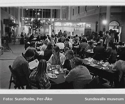 """Uppträdande av den bolivianska folkmusikgrup-pen """"Norte Potosí"""" i samband med utställningen""""Indianer"""". Servering av andinsk mat i Torget. 3/10 1992"""