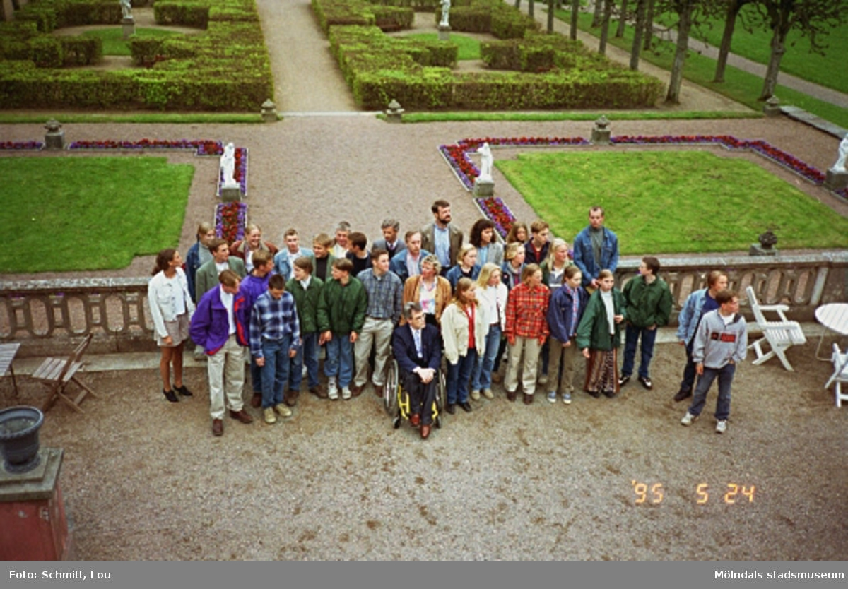En grupp människor ovanför Gunnebo slottspark, maj 1995.