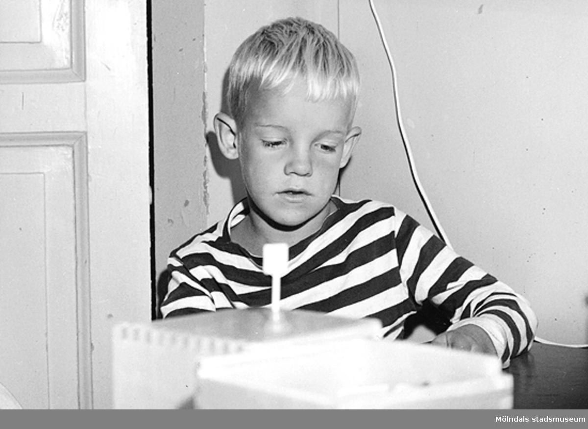 En pojke som leker inomhus vid Holtermanska daghemmet 1953.