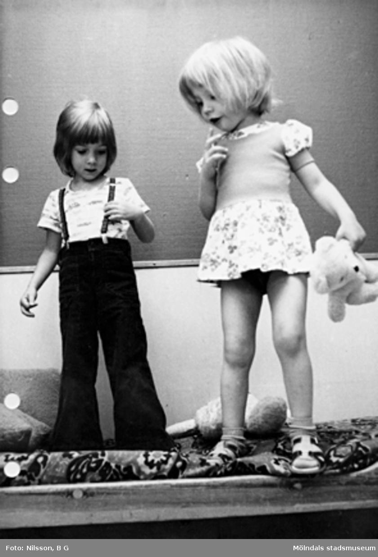 Två flickor som leker. Holtermanska daghemmet maj 1975.