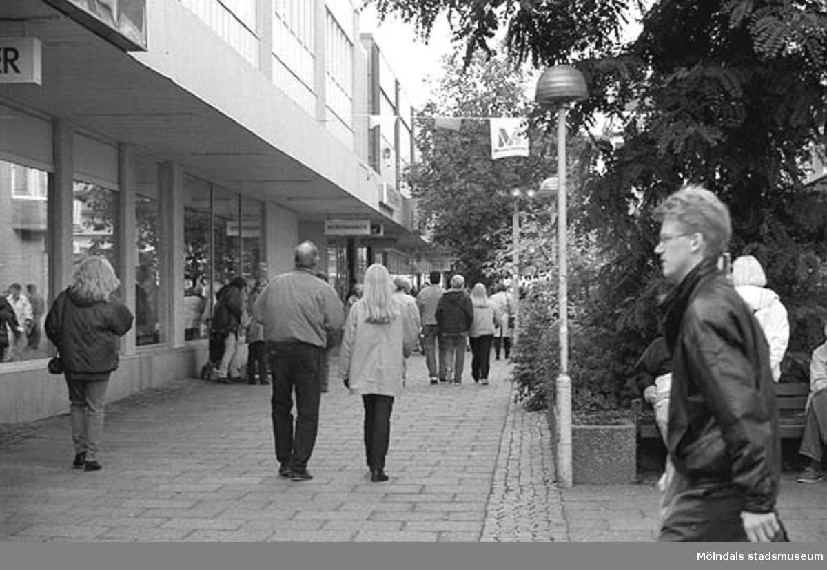 MMF1996:0913-0930 Kvarnbyskolan 9A grupp 1.MMF1996:0931-0940 Kvarnbyskolan 9A grupp 2. Mölndalsbro i dag - en dokumentation gjord av högstadieelever. Skolpedagogiskt projekt på Mölndals museum under oktober 1996. Se även gruppbilder på klasserna MMF 1996:1382-1405 och bilder på den färdiga utställningen MMF1996:1358-1381.