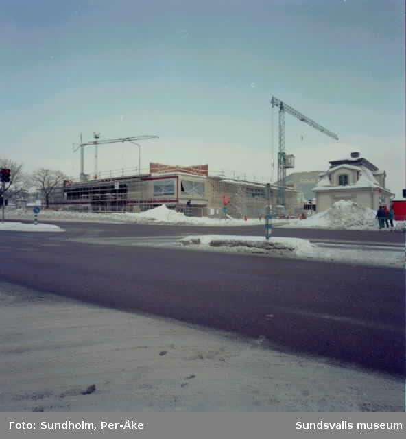 Fotografering av Clas Ohlssons hus i hamnområdet, de inlagda bilderna är exempel ur materialet.