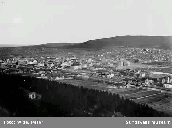 Vy över Sundsvall från Norra stadsberget. Sundsvalls Verkstäder, Läroverket m m