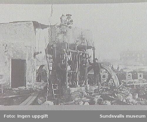 Alnö Hembygdsförenings fotosamling.Ångmaskinen vid Strands sågverk efter branden.