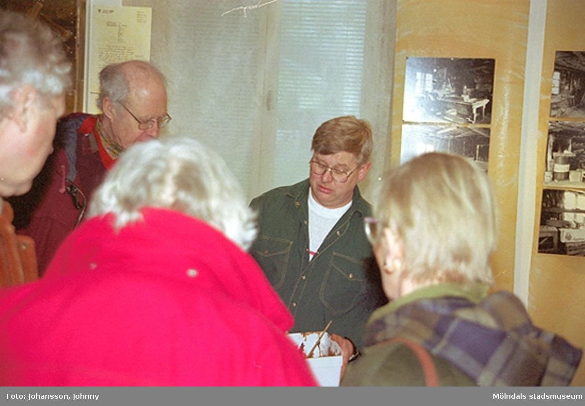 Från familjesöndagen på Mölndals museum 1998-02-22. Alf Garthman (med grön skjorta i mitten) demonstrerar för några besökare hur drickamålning går till.