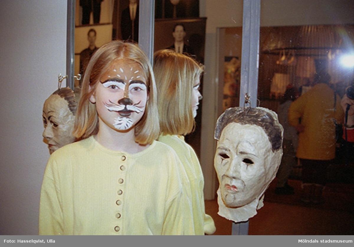 """Ett barn har blivit fantasifullt sminkat. Familjesöndag på Mölndals museum under utställningen """"Krinoliner och kortkort""""."""