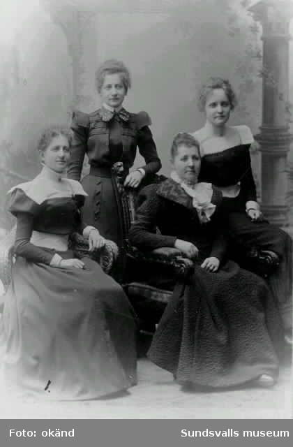 Fru Augusta Wessblad med döttrarna fr v : Hulda,  (gift Florén), Thyra och Astrid