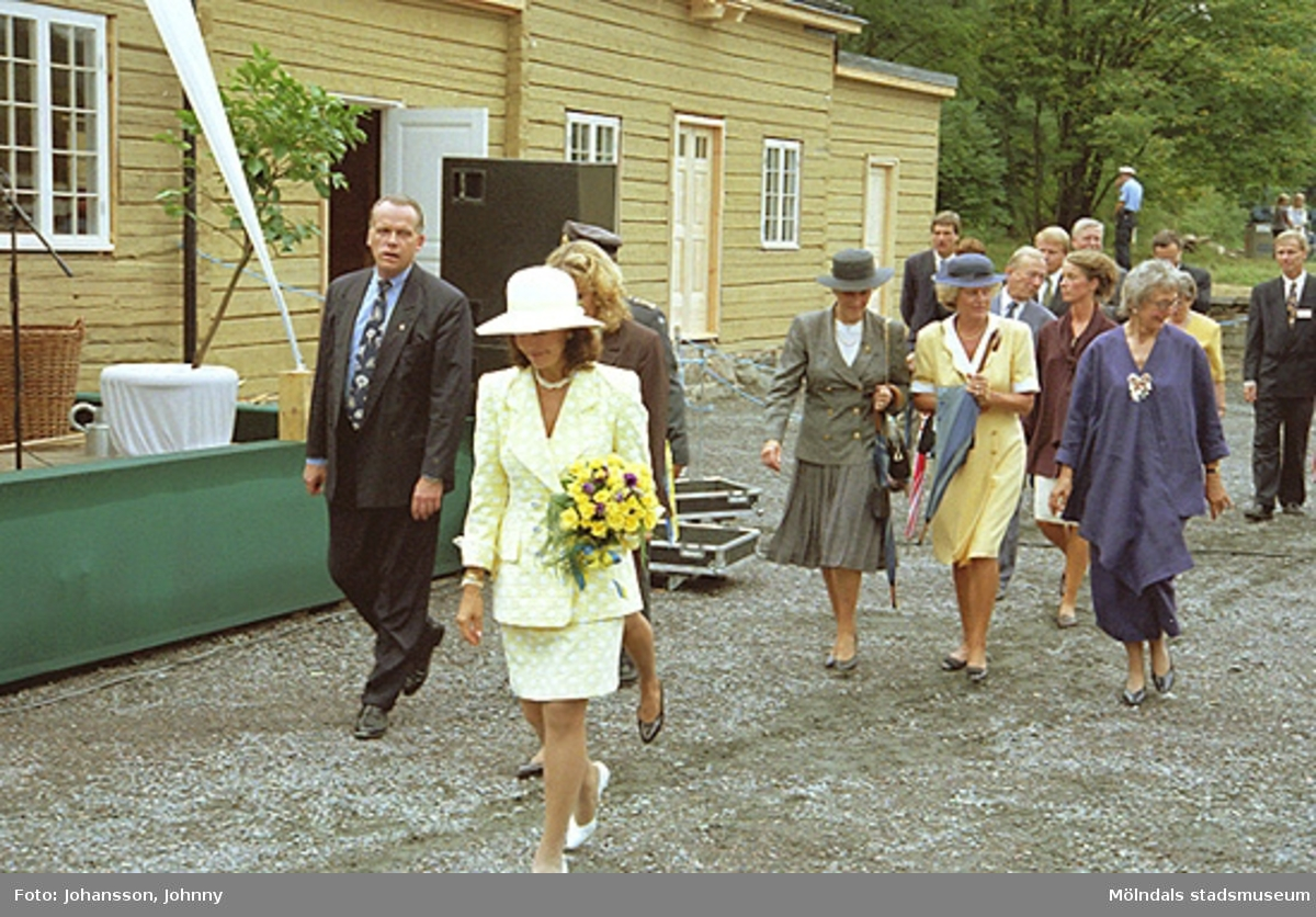 Drottning Silvia, Lena Vikström (i brunt), Inger Ernstsson (i blått), Marika Irvine (i vinrött), Tor Mattisson (i grå/blått) och Karl Gunnar Nordanstad (längst bort till höger i mörkblått). Utanför Tjenstefolksbostaden - kafé och konferenslokal.