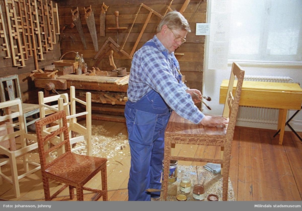 Alf Garthman demonstrerar hur drickamålning går till, 1998-02-22.