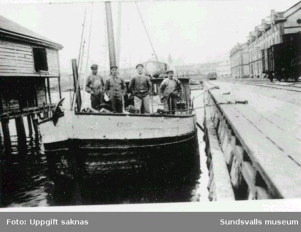 Båten Gnarp vid kajen i Hudiksvall.