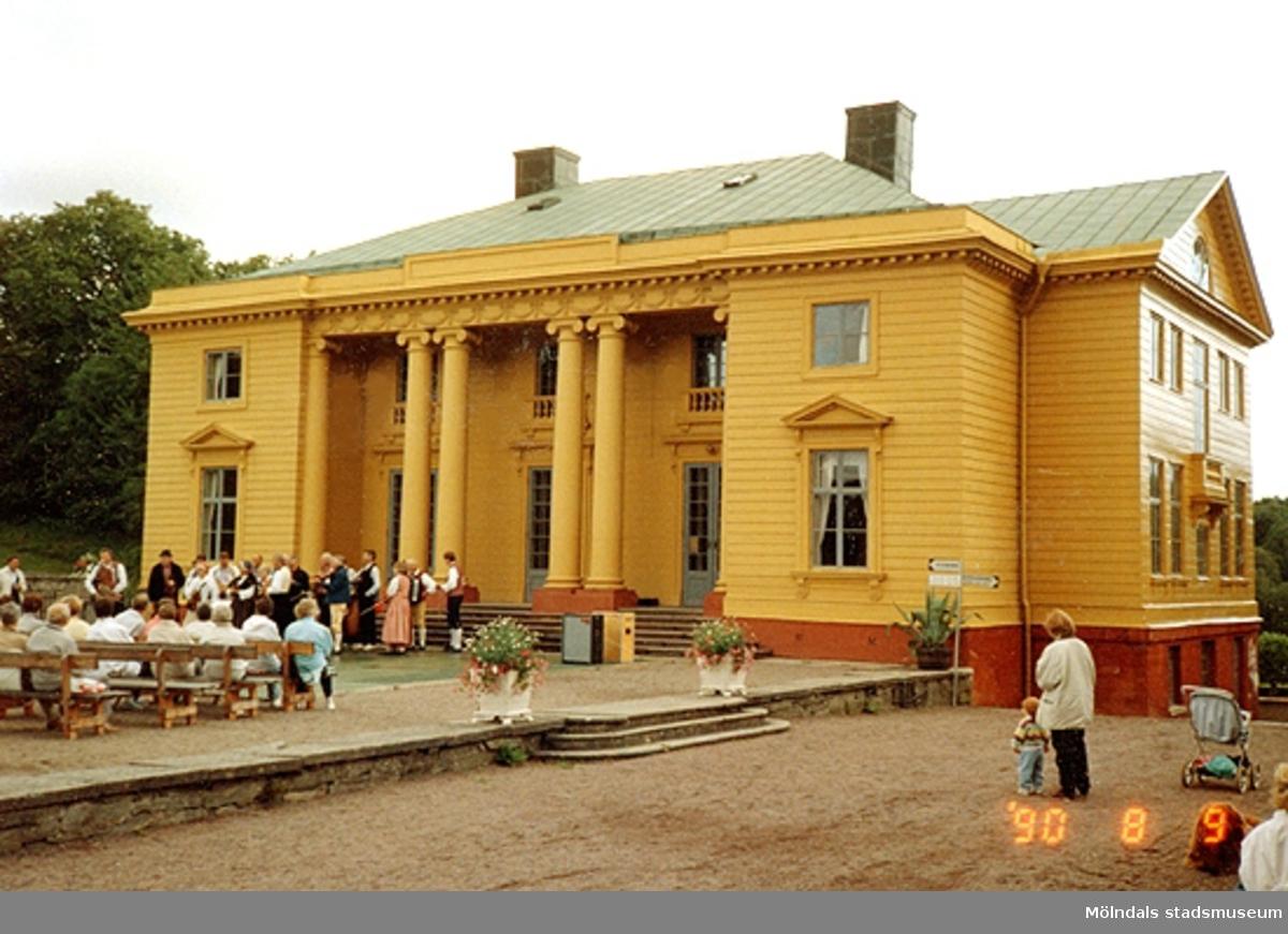 Folkmusikkonsert framför Gunnebo slott, augusti 1990.