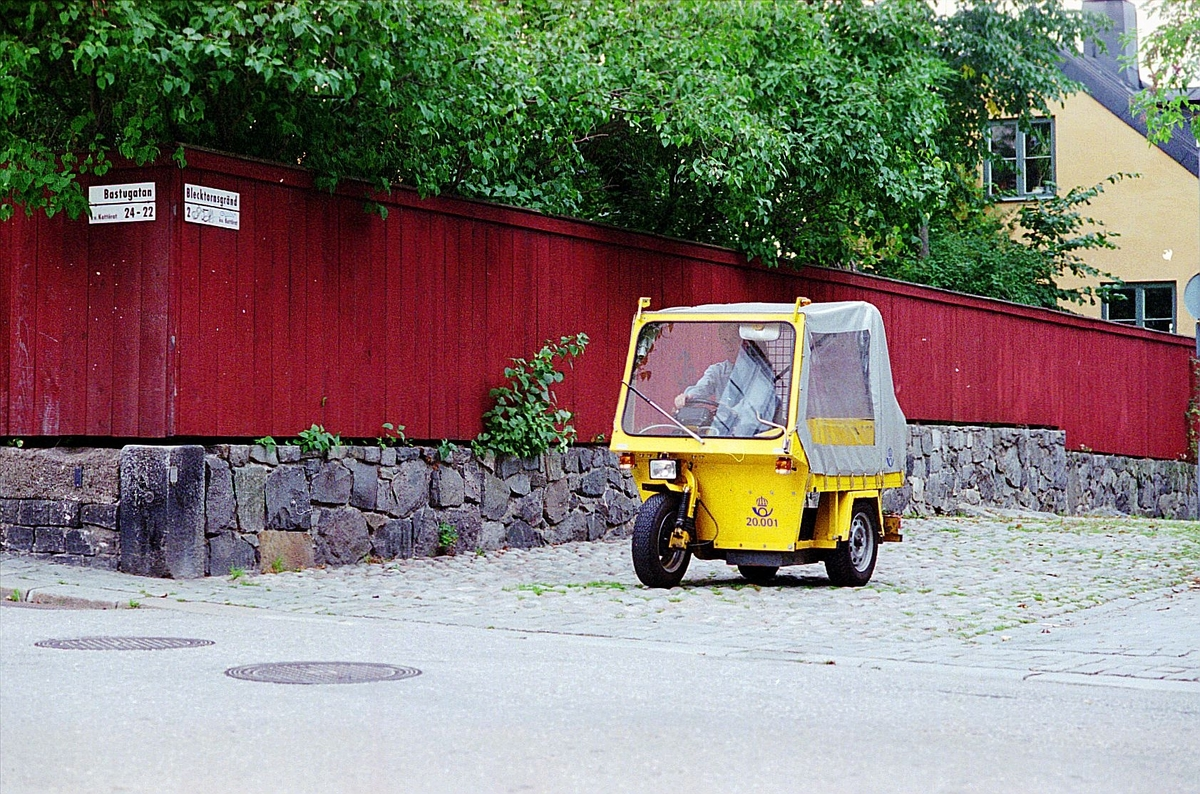 Eldriven moped på Blecktornsgränd, Stockholm, 1995.