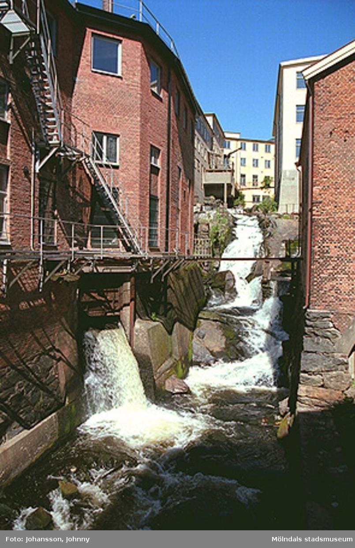 Till vänster: (F-fabriken) Kvarnfallet 10.Till höger: Kvarnfallet 19. F.d. vattenränna.Gult hus till höger: Tvätten.Längst upp i bildens mitt: Strumpan.