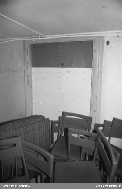 Interiör med en soffa och stolar i fabriksbyggnad.