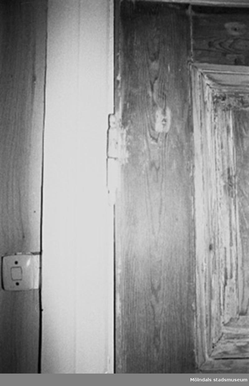 Interiör i fabriksbyggnad. Byggnadsdetaljer: Dörrkarm och strömbrytare.