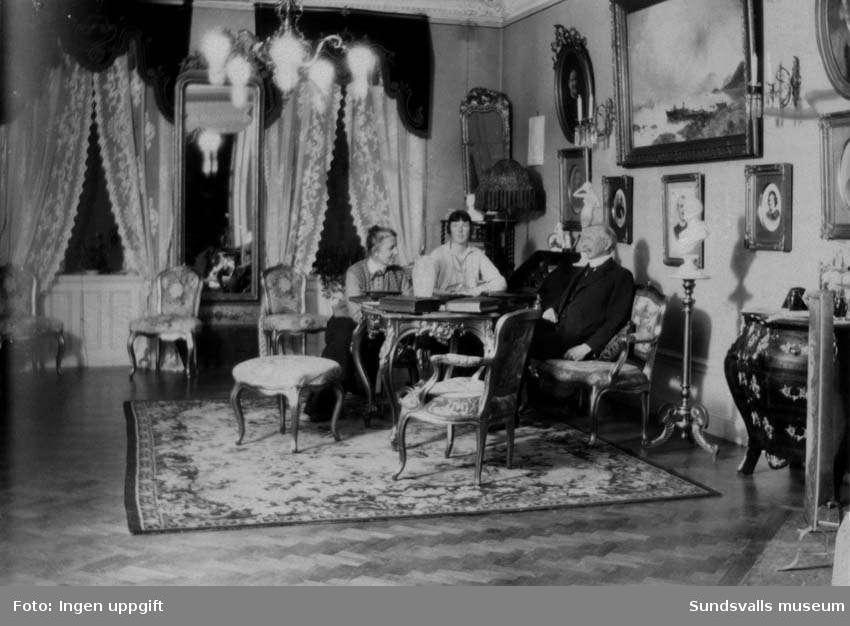 Gustaf Hellgren fru Olga och dotter Carola (Karla) i salongen i lägenheten på Karlavägen. Privata bilder med brandchefen för Sundsvalls brandkår Gustaf Hellgren och hans familj.