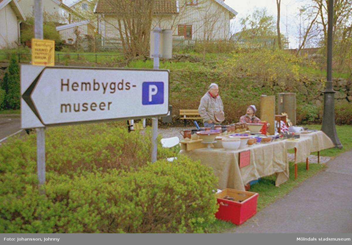 """Vägskylt """"Hembygdsmuseer"""" och loppisförsäljning vid korsningen Götaforsliden/Norra Forsåkersgatan."""