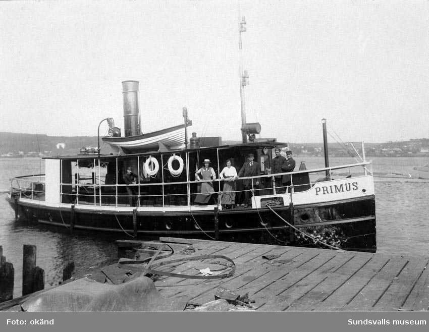 Primus (bogserbåt), byggd 1874 i J W Lindbergs verkstäder i Stockholm. Kom sedan till Mons sågverk. Från 1984 i Medelpads sjöhistoriska förenings ägo.