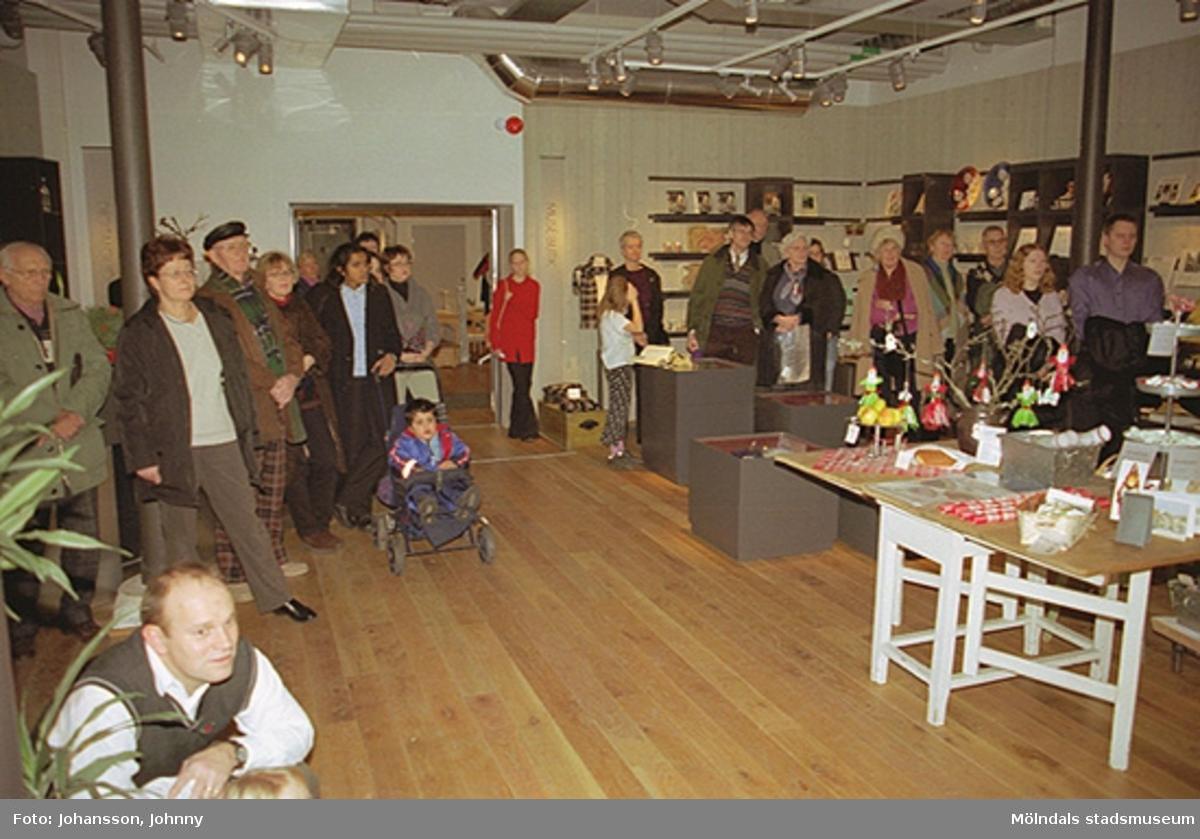 Besökare underhålls av Opus sångkör på tomteutställningen på Mölndals museum 2002-12-15. Tomteutställningen: 30/11-02 - 1/1-03.