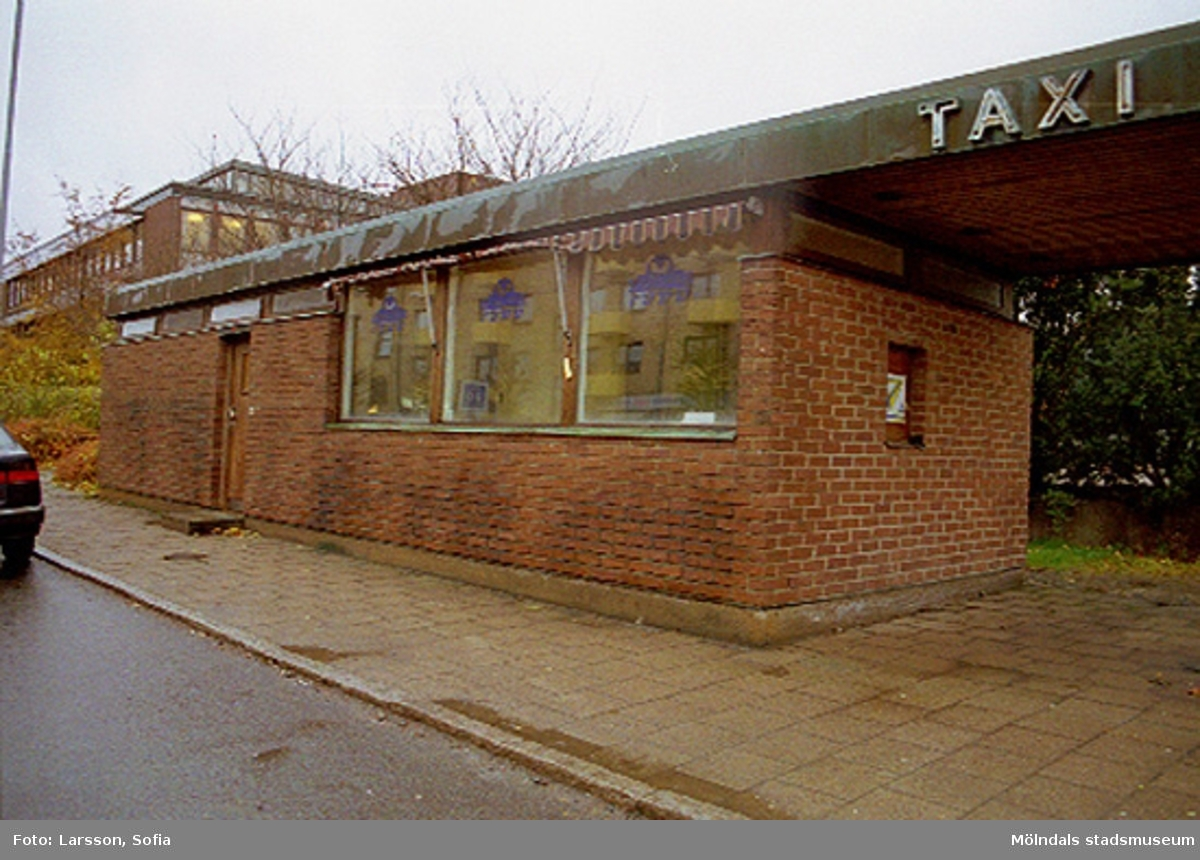 Del av byggnaden. TAXI står på takblecket. Dokumentation av taxistation.