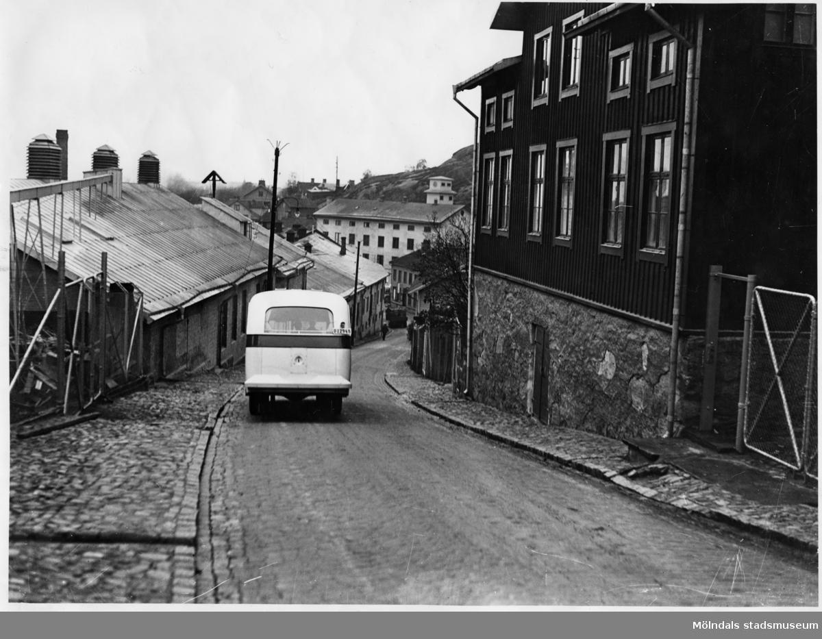 Bussen går nerför Kråkan (Kvarnbygatan). Observera att det är vänstertrafik.