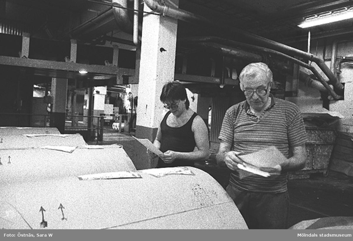 Arbetare vid pappersfabriken. Slawomir Ribjer t.v. Bilden ingår i serie från produktion och interiör på pappersindustrin Papyrus.
