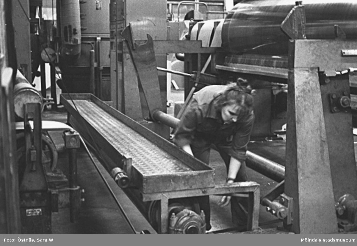 En kvinna i arbete på Papyrus. Anja Elki.Bilden ingår i serie från produktion och interiör på pappersindustrin Papyrus.