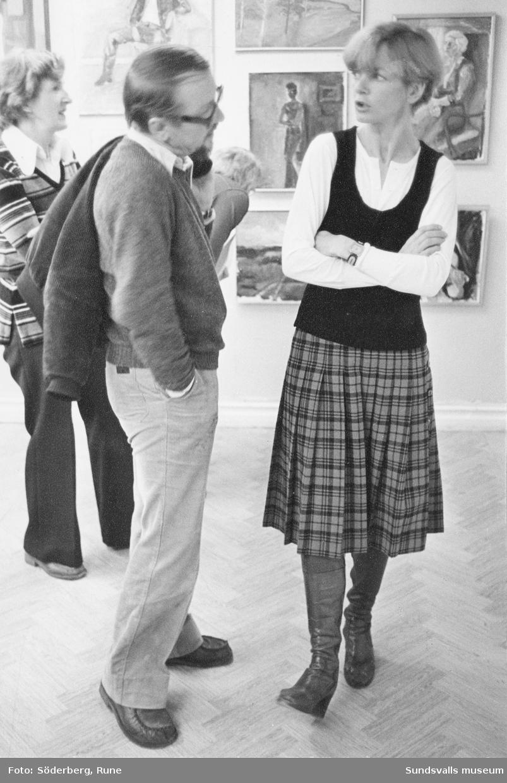 Konstnären Hans-Eric Öberg samtalar med en medlem av Kollektivverkstaden i Sundsvall i deras lokal.