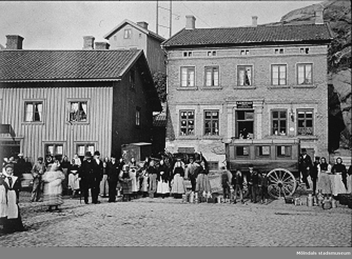 """Viktualieföreningens hus/Gamla brandstationen är huset till höger. Avfotograferad bild ur """"Mölndals 50""""."""