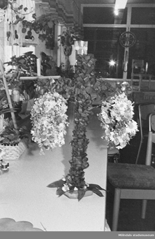 Blomsterbindning på Lackarebäckshemmet, okänt årtal.