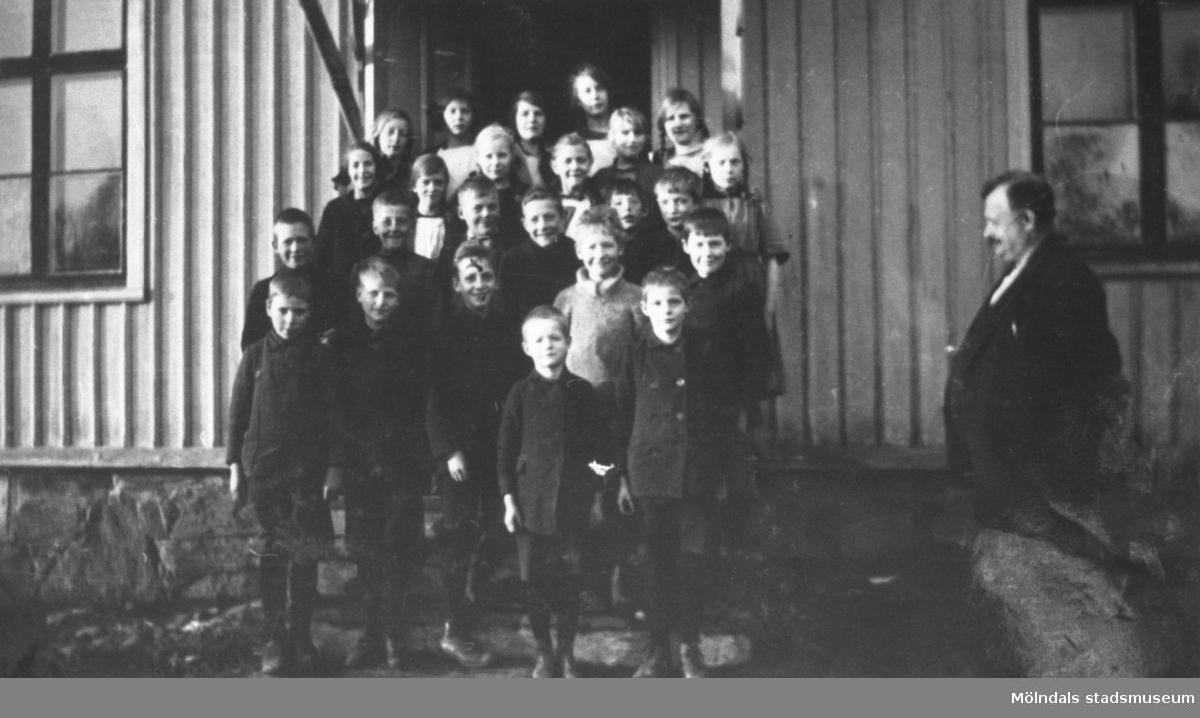 """Magister Ahlström med elever på trappan utanför Kållereds gamla skola nära Stretered, i """"Sandhålan"""". Östen Krantz i mitten längst ner, markerade med ett kryss. Mitten av 1920-tal."""