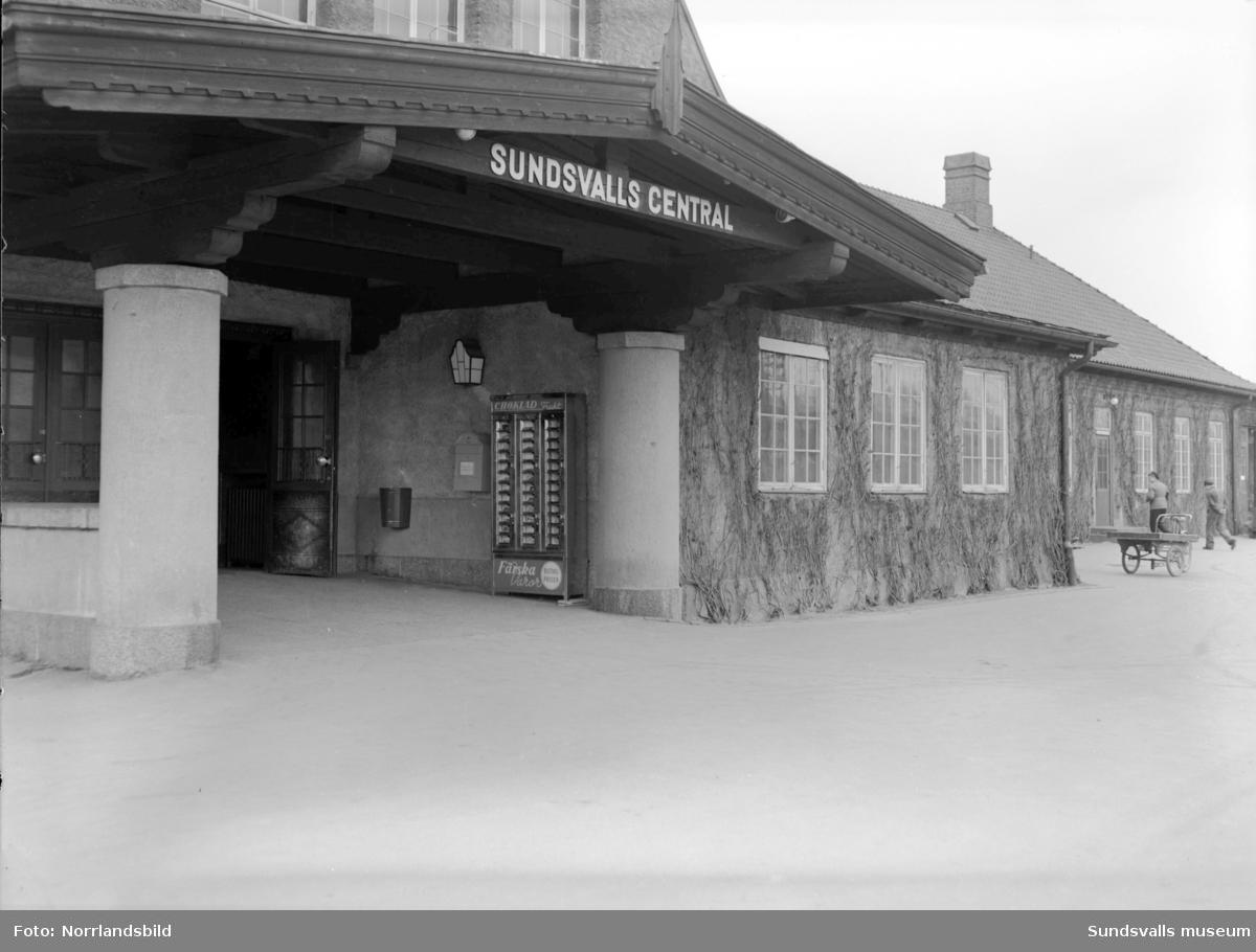 Choklad- och varuautomat vid Sundsvalls centralstation. Stationshusets baksida mot spårområdet.