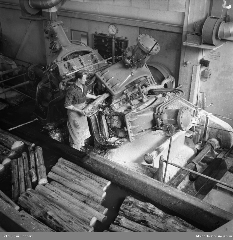 Man i arbete vid sliperiet på Papyrus i Mölndal, 5/5 1955.