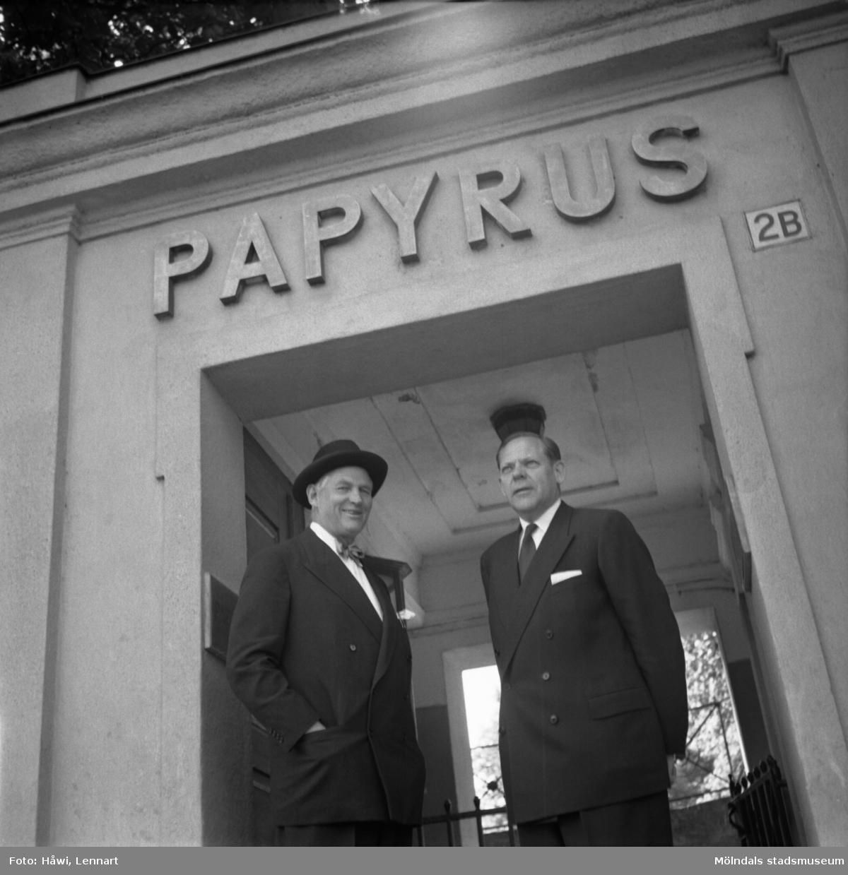 Bankdirektör Marcus Wallenberg och disponent Hans Hulthén på Papyrus i Mölndal, 15/6 1955.