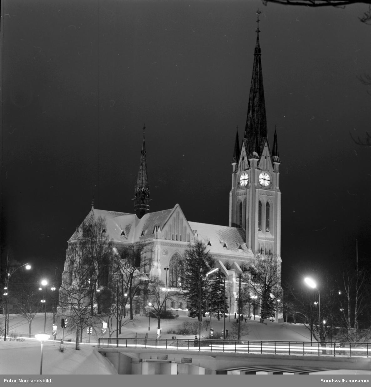 Kvällsbilder av Storgatan och GA-kyrkan i vinterskrud.