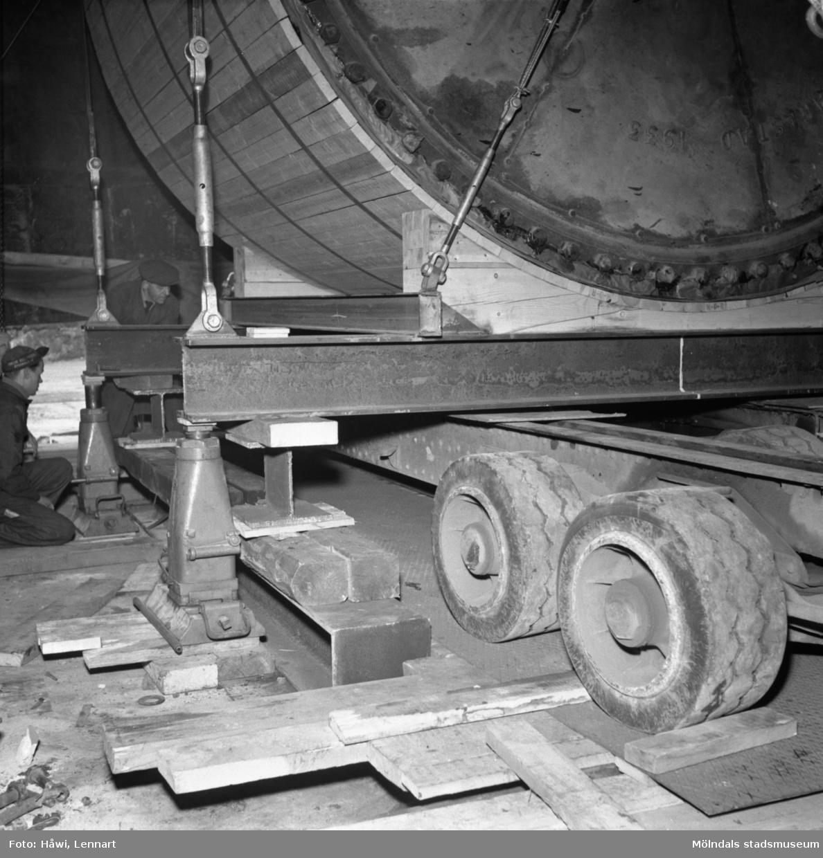 Transport av PM2 yankeecylinder på Papyrus i Mölndal, 12/4 1957. Cylindern lyfts av från släpvagnen.