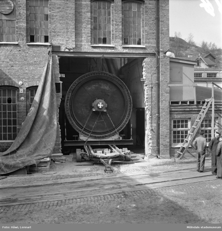 Transport av PM2 yankeecylinder genom en öppning i väggen på Papyrus i Mölndal, 12/4 1957.