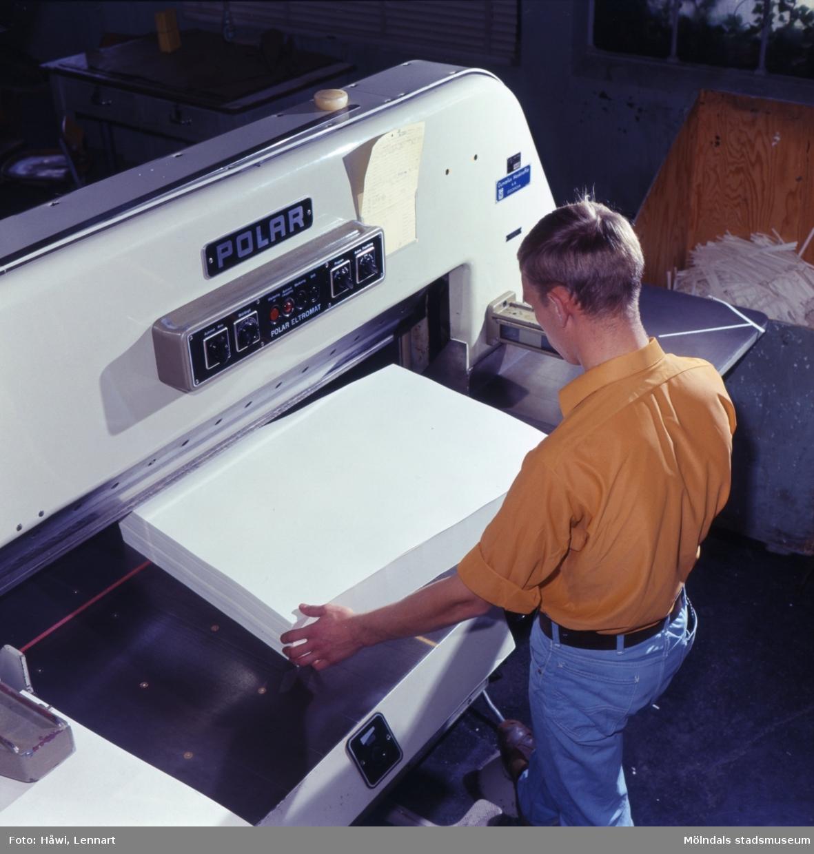 Man i arbete vid skärmaskin på Papyrus i Mölndal, 3/10 1966.