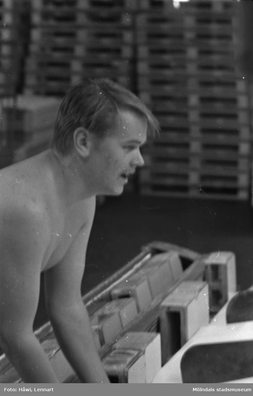 Man i arbete vid klipp KM 2, byggnad 6, på Papyrus i Mölndal, hösten 1970.