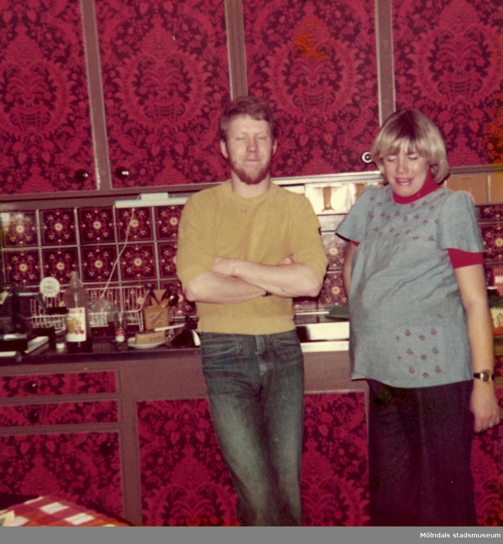 I köket hos givarens far Bertil Tobiasson som bodde i Ekenässjön utanför Vetlanda. Hustrun Gunnel är gravid med Alexander (som föddes 1 maj 1977). Bredvid Gunnel står hennes lillebror Peter Nilsson.